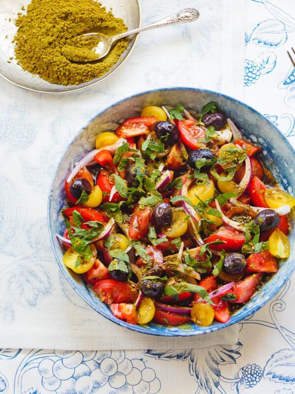 Tomatsalat med oliven og za'atar sett ovenfra