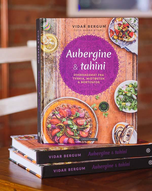 3 utgaver av Aubergine & tahini stående på bord