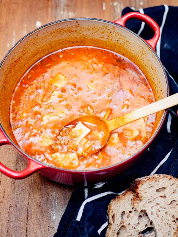 Tyrkisk tomatsuppe med kjøttdeig og pasta i gryte med treskje