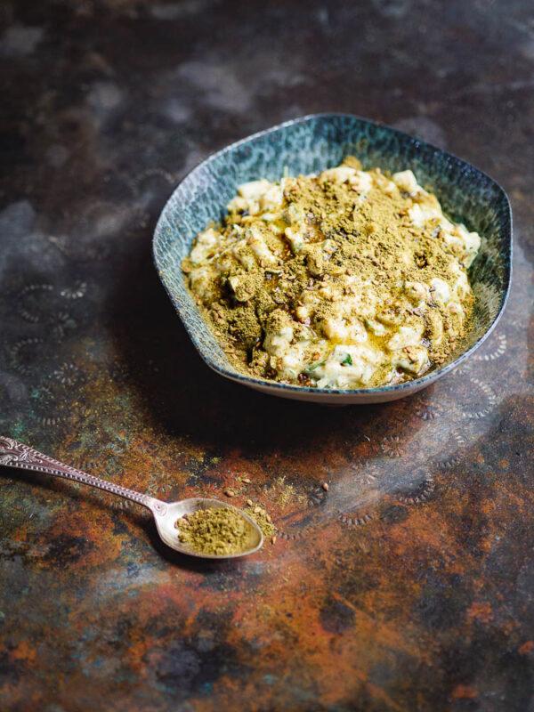 Eggesalat med tahini og za'atar i skål sett fra siden