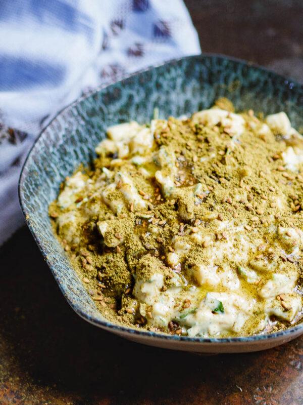 Nærbilde av eggesalat med tahini og za'atar i skål sett fra siden