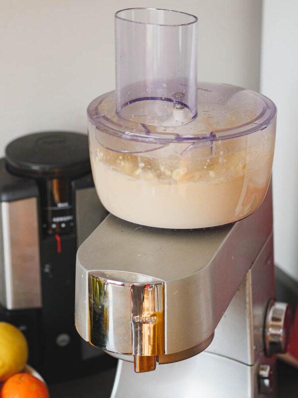 Gomme kjøres i kjøkkenmaskin, sett fra siden