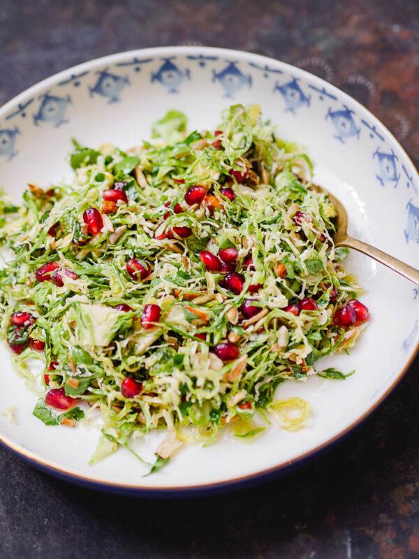 Rå rosenkålsalat med frø og granateple sett fra siden