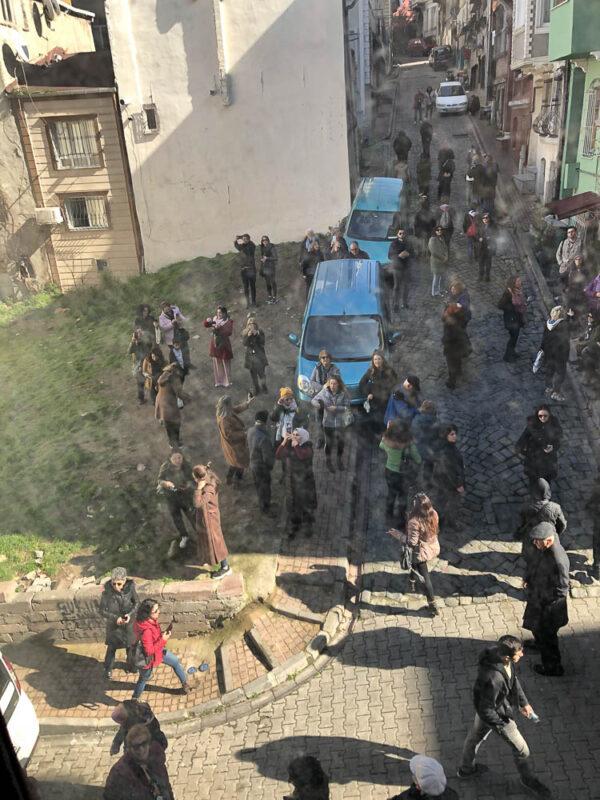 Folkemengde foran Vidar Bergums hus i Balat, Istanbul