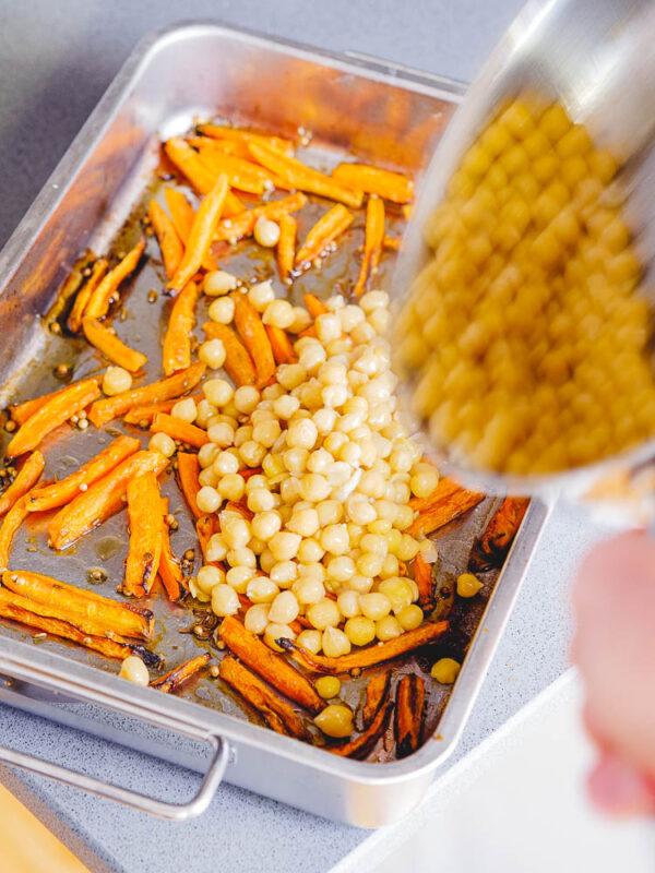 Kikerter helles over i langpanne med bakte gulrøtter