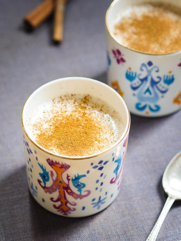 Sahlep-drikk i kopp med fargerikt mønster - nærbilde