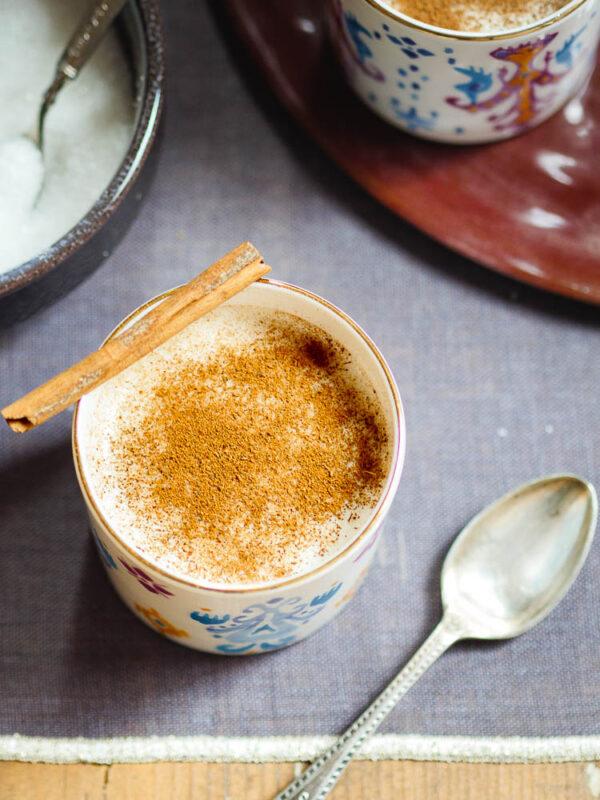 Sahlep-drikk i kopp med fargerikt mønster sett ovenfra