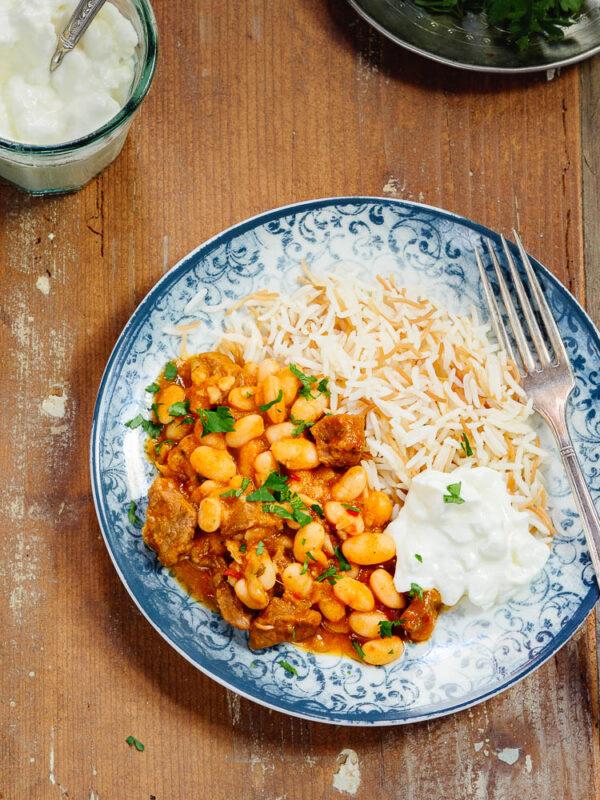Tyrkisk bønnegryte med kjøtt, ris og yoghurt, sett fra øyenivå