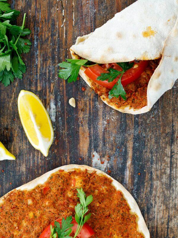 Lahmacun som wrap med bladpersille og tomat sett ovenfra
