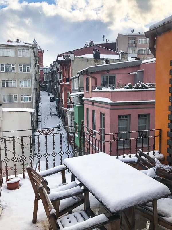 Snøfylt terrasse i Istanbul
