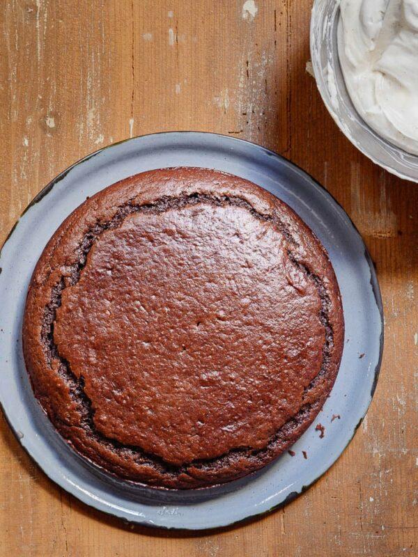 Stekt sjokoladekake på serveringsfat med sprekker på toppen