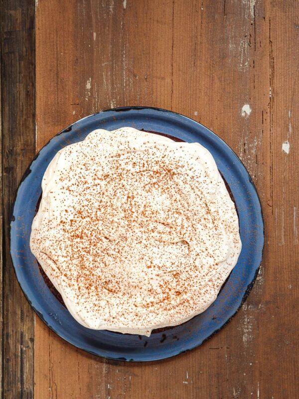 Ferdig kake på blått serveringsfat sett ovenfra