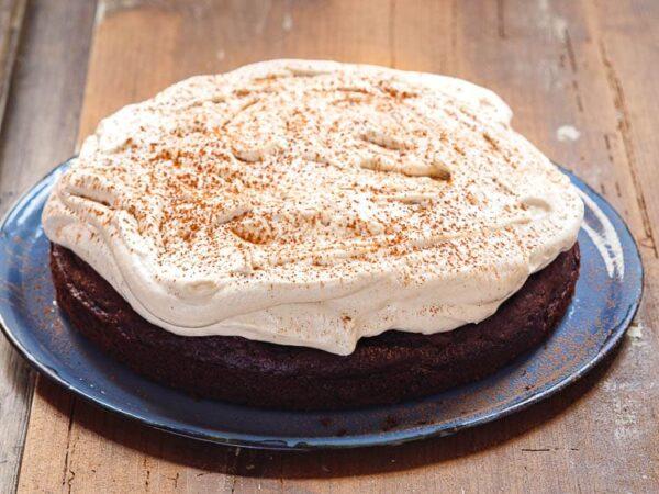 Ferdig kake på blått serveringsfat sett fra siden