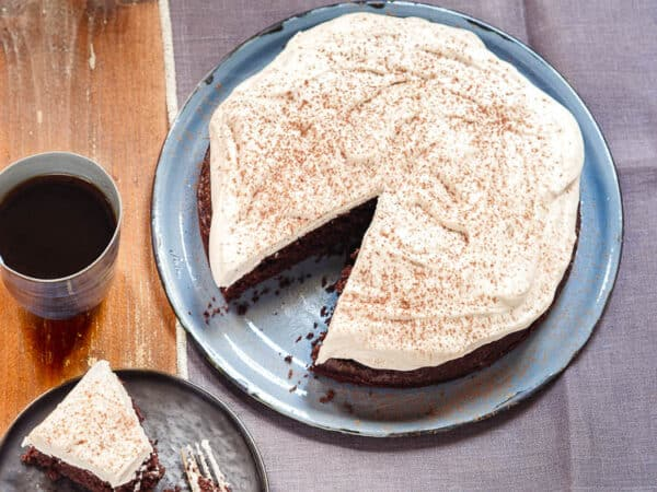 Kake med et kakestykke skjært ut og på fat, sett fra øyenivå