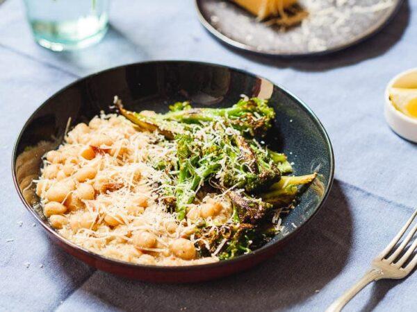 Hvite bønner med spekeskinke og brokkoli, anrettet og sett fra siden