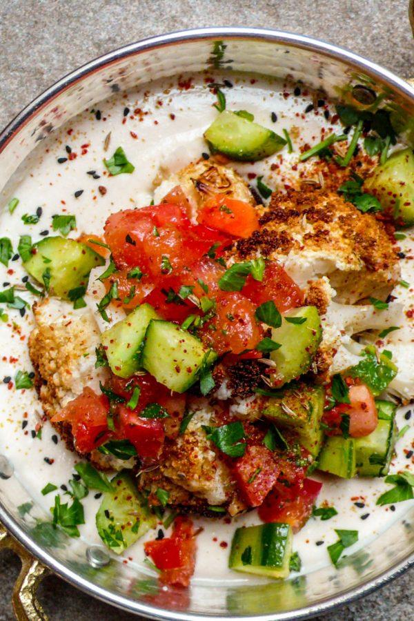 Helstekt blomkål med tahiniyoghurt og hakket salat (1 of 1)