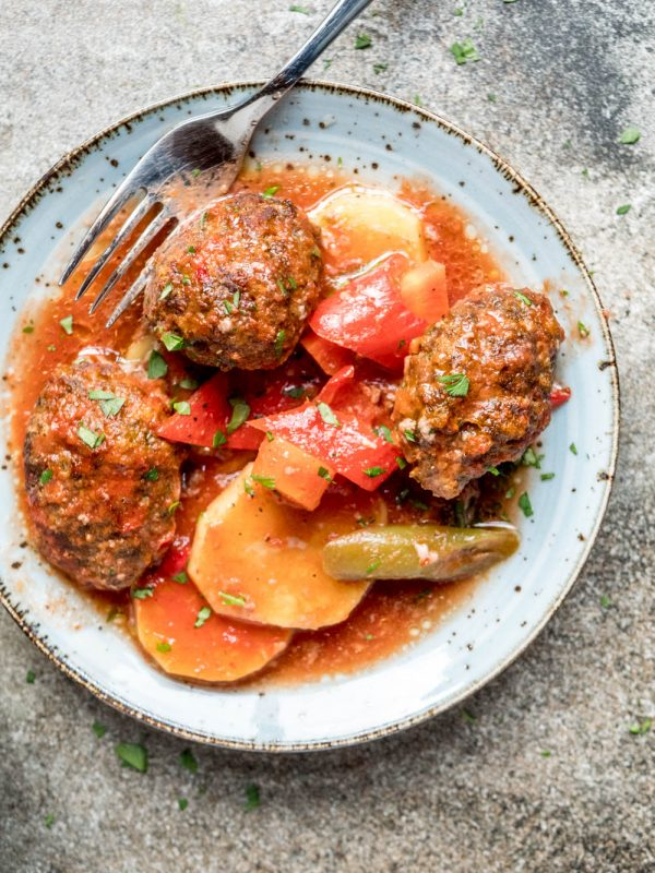 İzmir köfte (Tyrkiske kjøttboller med potet i tomatsaus) - oppskrift / Et kjøkken i Istanbul