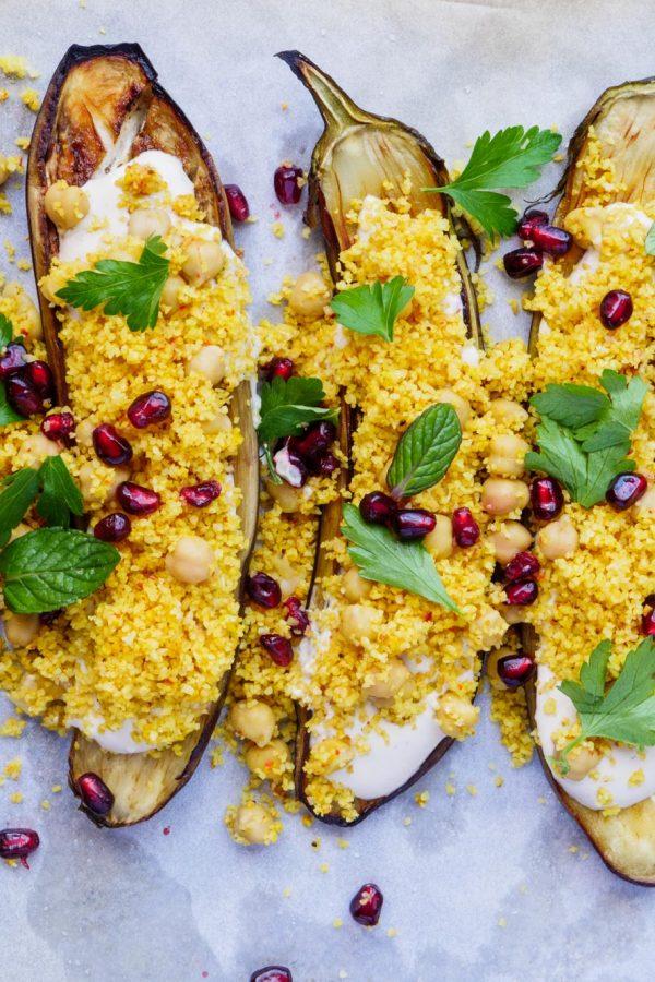 Aubergine med bulgursalat og tahinisaus – oppskrift / Et kjøkken i Istanbul