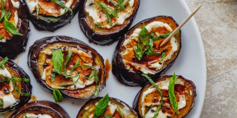 Aubergine med fetakrem, granateplesirup og mynte - oppskrift fra Et kjøkken i Istanbul