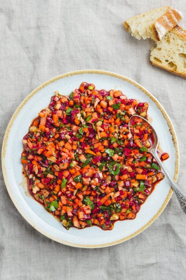 Finhakket rotfruktsalat med granateple - oppskrift fra Et kjøkken i Istanbul