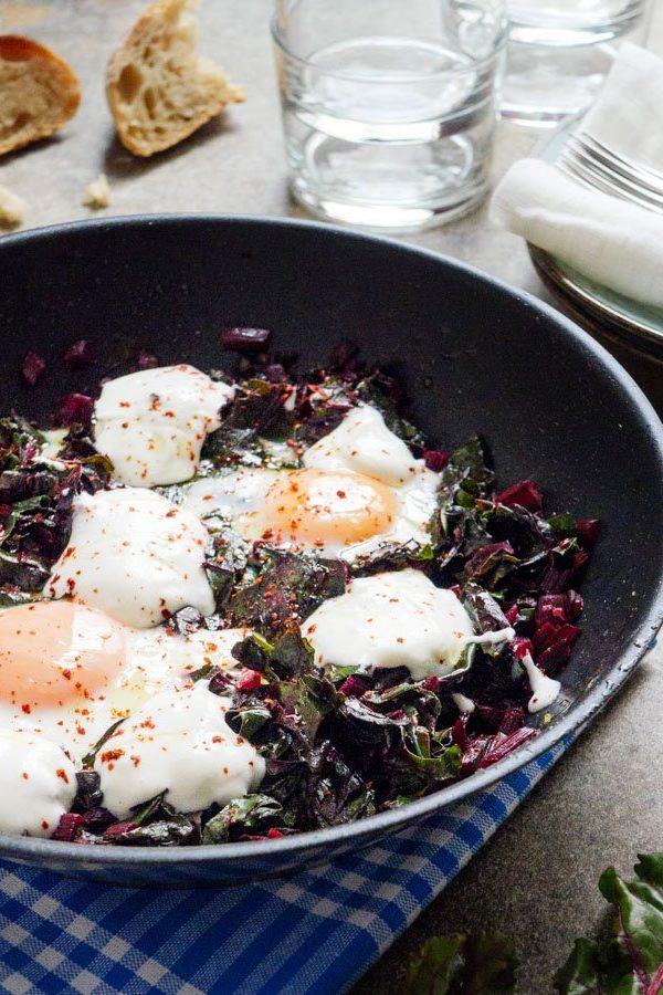 Grønn shakshuka med rødbeteblader - oppskrift / Et kjøkken i Istanbul