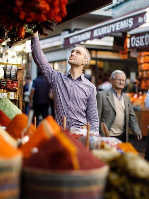 Vidar Bergum ser på tørkede grønnsaker på kryddermarkedet i Istanbul