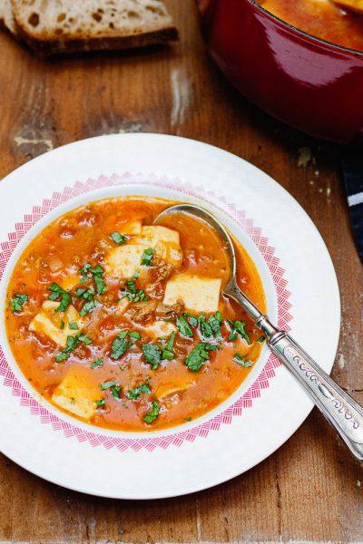 Tyrkisk tomatsuppe med kjøttdeig og pasta i tallerken sett fra siden
